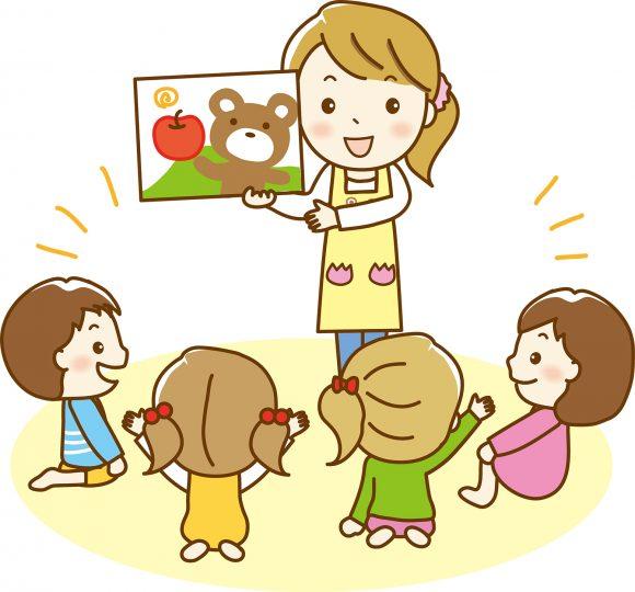 幼稚園・保育園で児童に紙芝居をする先生