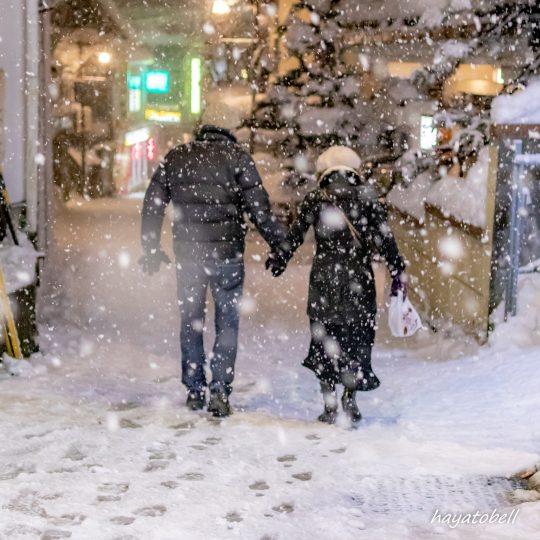 雪の中を歩くカップル(野沢温泉)